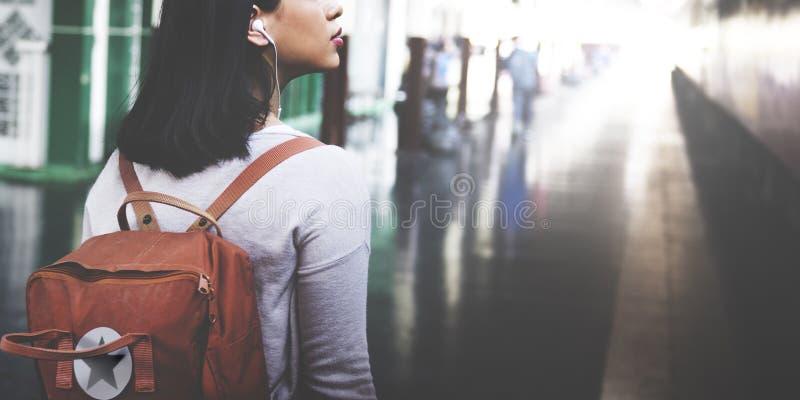 Asiatiskt begrepp för dam Traveler Backpack City royaltyfri foto