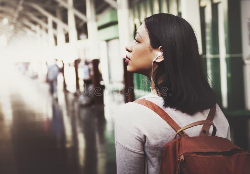Asiatiskt begrepp för dam Traveler Backpack City royaltyfria bilder