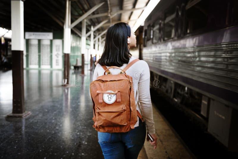 Asiatiskt begrepp för dam Traveler Backpack City arkivbilder