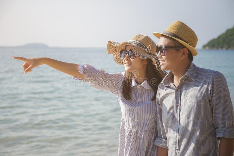 Asiatiskt förälskelseparlopp på havet i sommarsäsong royaltyfria foton