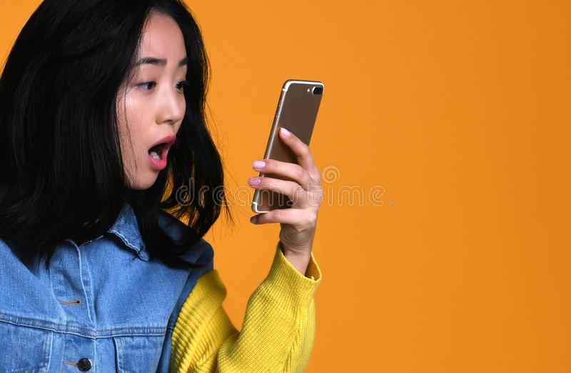 Asiatiskt flickabruksblock hemma, begrepp av teknologi, arbete, internet etc. royaltyfri bild
