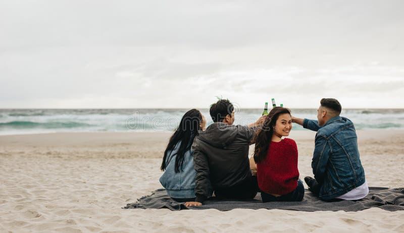 Asiatiskt folk som festar på stranden royaltyfri bild