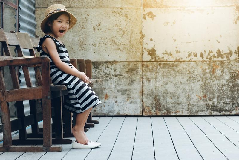 Asiatiskt gäspa för barnflicka arkivfoto