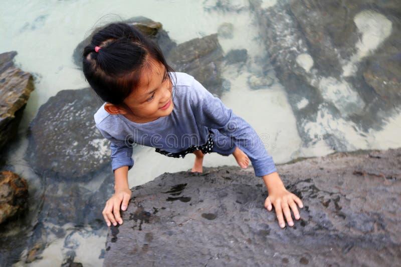 Asiatiskt göra för barn vaggar klättringytterlighetsportar royaltyfria bilder