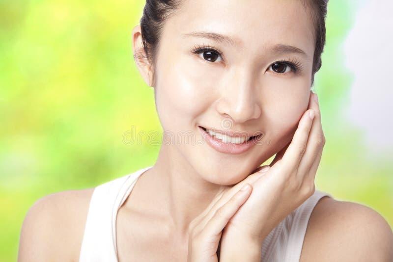 asiatiskt härligt framsidakvinnabarn arkivfoto