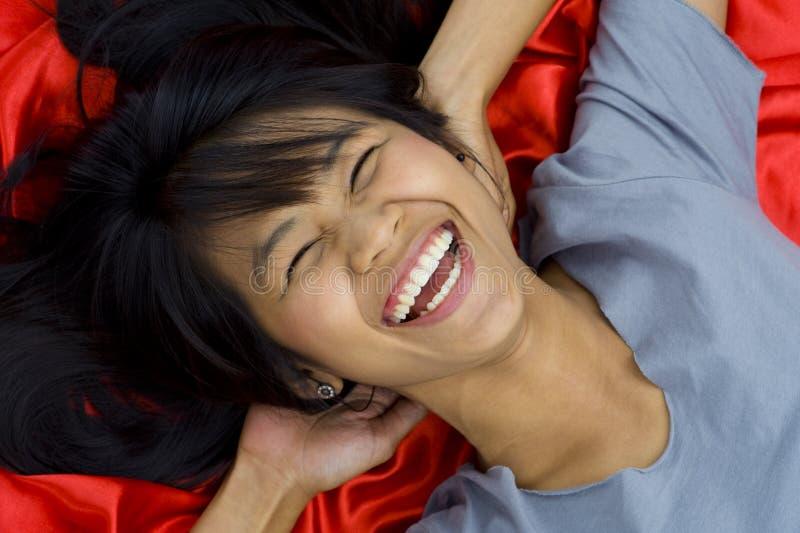 asiatiskt härligt skratta barn royaltyfri foto