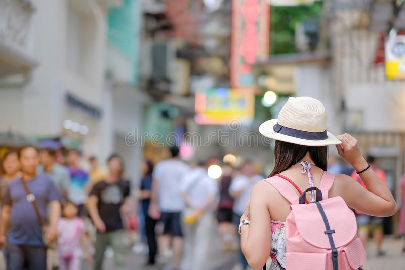 Asiatiskt handelsresandeanseende på gatan, gränsmärket och populärt för Senado fyrkant för turist- dragningar i Macao royaltyfri fotografi