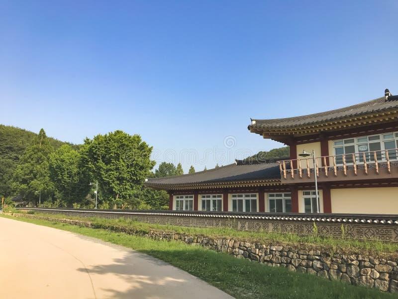 Asiatiskt hus i den traditionella koreanska byn royaltyfria bilder
