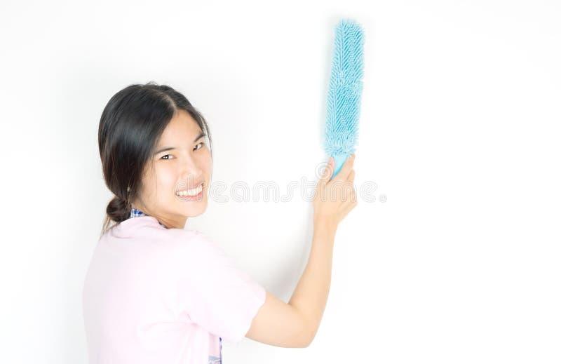 Asiatiskt husrengöringsmedel som använder dammrengöringsmedlet royaltyfria foton
