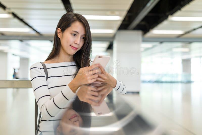 Asiatiskt kvinnabruk av mobiltelefonen arkivbild