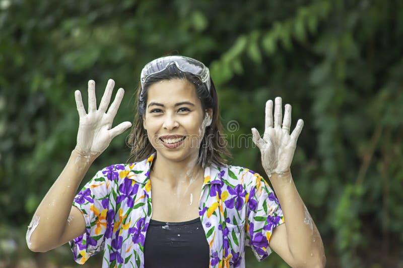 Asiatiskt kvinnalekvatten och mj?l i den Songkran festivalen eller thail?ndskt nytt ?r i Thailand arkivbild