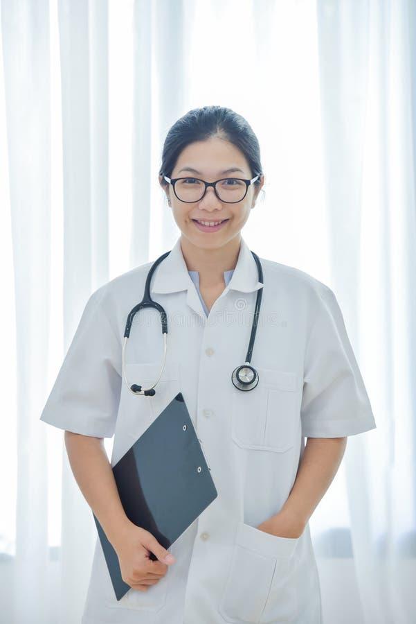 Asiatiskt kvinnligt le för doktor royaltyfria foton
