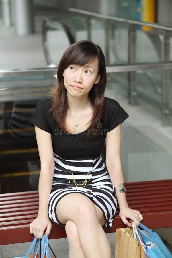 Asiatiskt kvinnligt shopparesammanträde arkivfoto