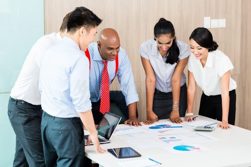 Asiatiskt lag för affärsstart i möte royaltyfri bild