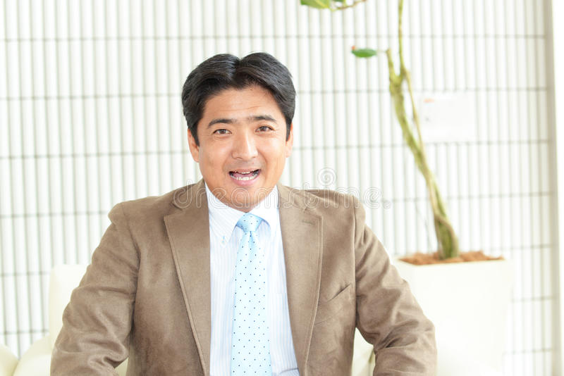 asiatiskt le för affärsman arkivbild