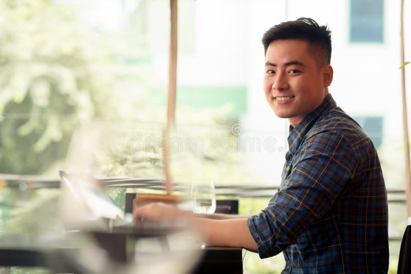 asiatiskt le för affärsman arkivfoton