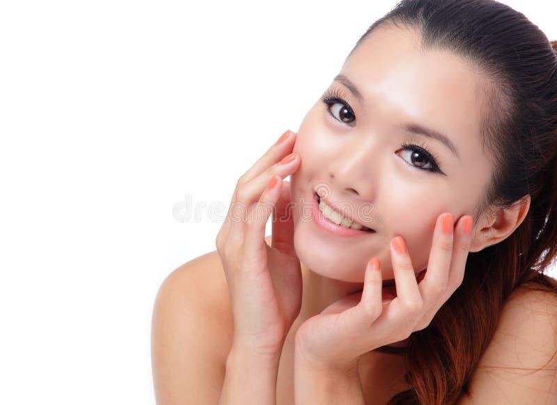 Asiatiskt le för kvinna för skönhethudomsorg royaltyfri fotografi
