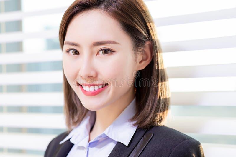 Asiatiskt leende för affärskvinna på dig royaltyfria foton