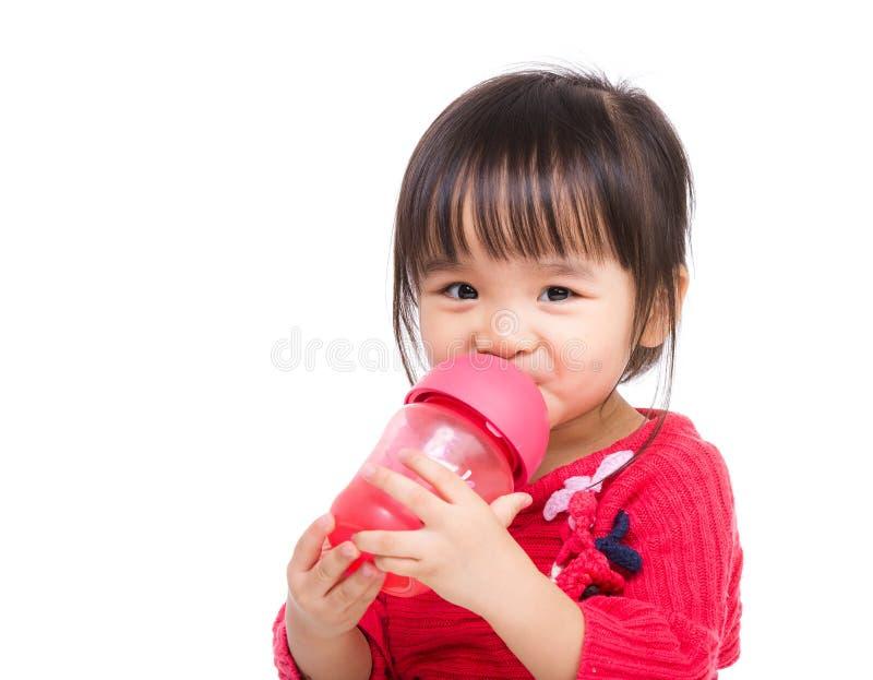 Asiatiskt liten flickadrinkvatten arkivfoto