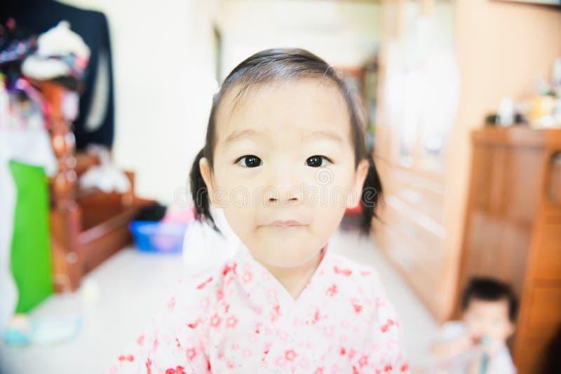 asiatiskt litet barn för weet med den förbryllade framsidan och stirra på kameran royaltyfri foto