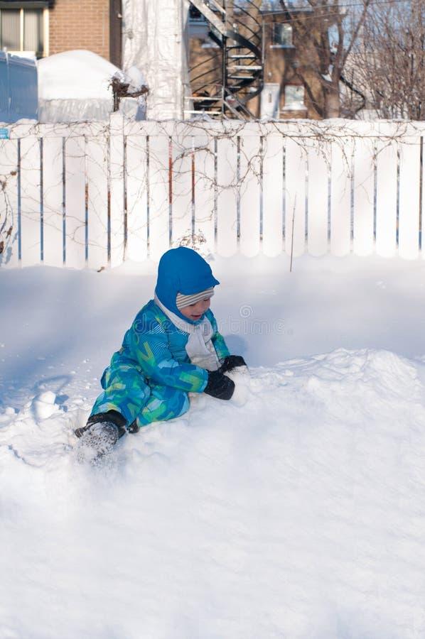 Asiatiskt litet barn som spelar med snö fotografering för bildbyråer