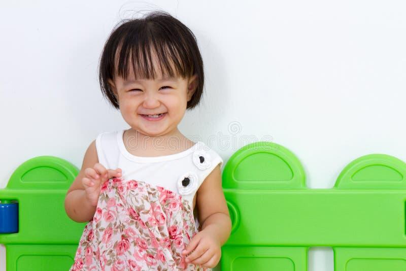 Asiatiskt litet kinesiskt le för flicka arkivfoton