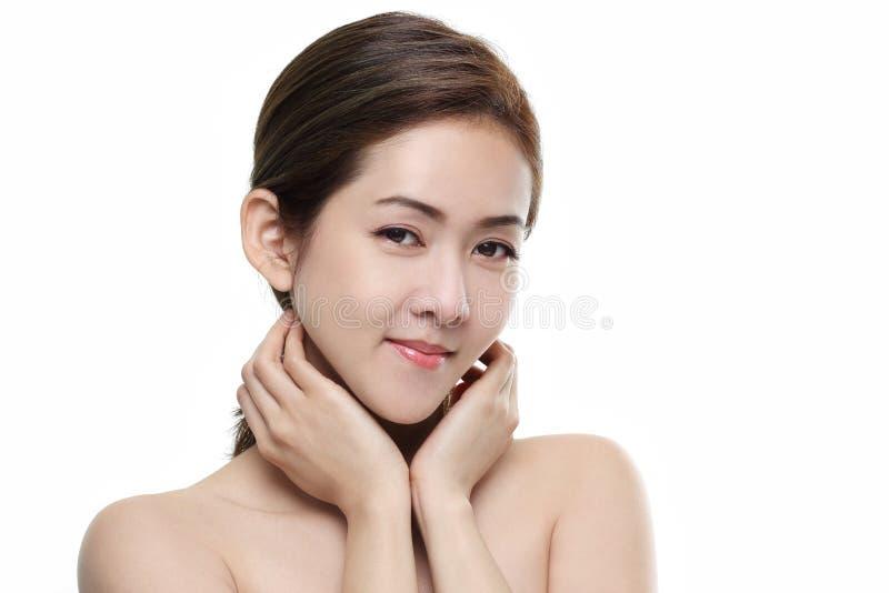 Asiatiskt lyckligt för härliga kvinnor le med bra sunt av hud din framsida på vit bakgrund royaltyfria bilder
