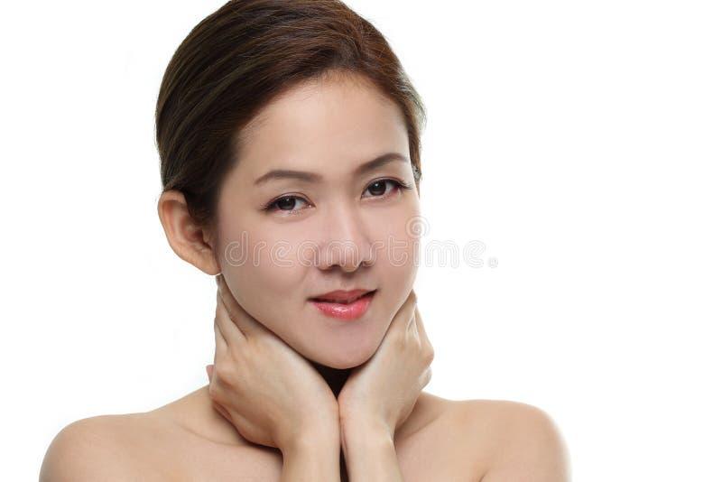 Asiatiskt lyckligt för härliga kvinnor le med bra sunt av hud din framsida som isoleras på vit bakgrund royaltyfria foton