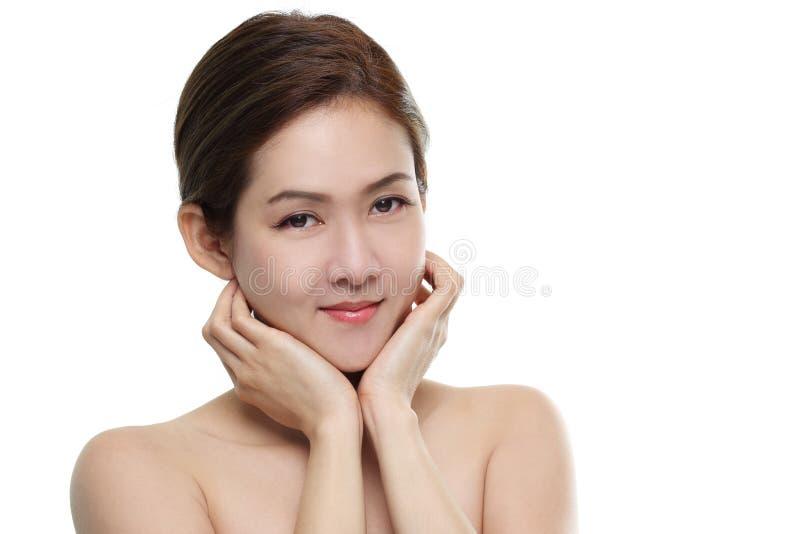 Asiatiskt lyckligt för härliga kvinnor le med bra sunt av hud din framsida som isoleras på vit bakgrund fotografering för bildbyråer