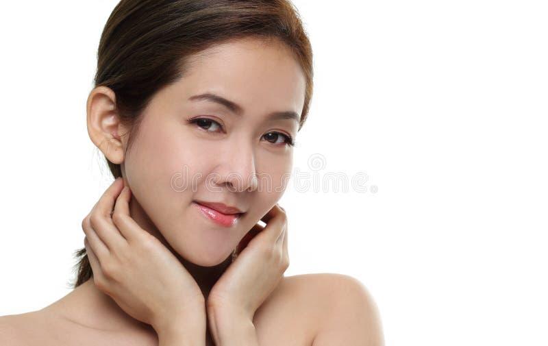 Asiatiskt lyckligt för härliga kvinnor le med bra sunt av hud din framsida som isoleras på vit bakgrund royaltyfri foto