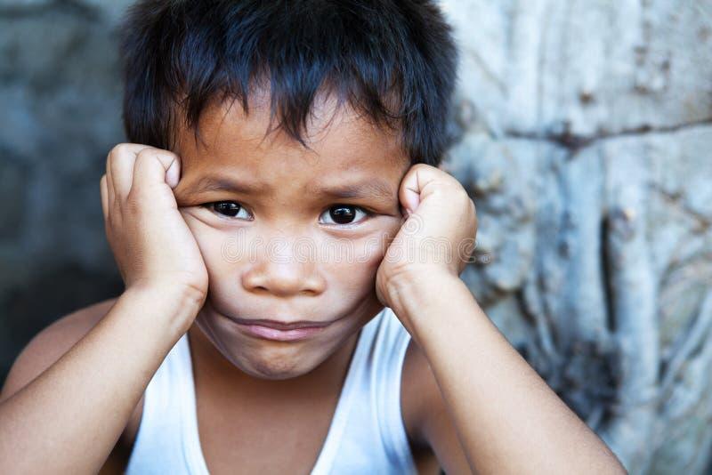 asiatiskt male ståendebarn arkivfoton
