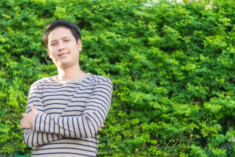 Asiatiskt mananseende och visning hans lyckliga le royaltyfria bilder