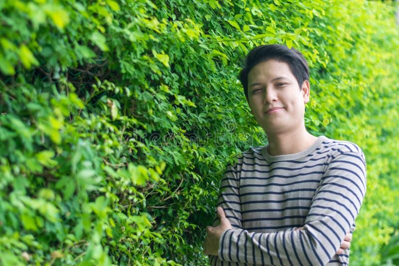 Asiatiskt mananseende och visning hans lyckliga le arkivfoto