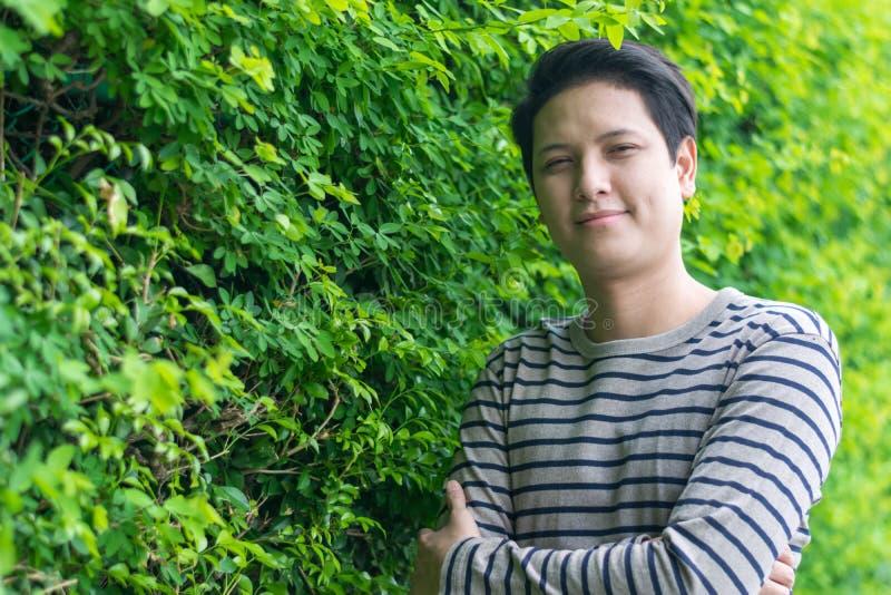 Asiatiskt mananseende och visning hans lyckliga le royaltyfria foton