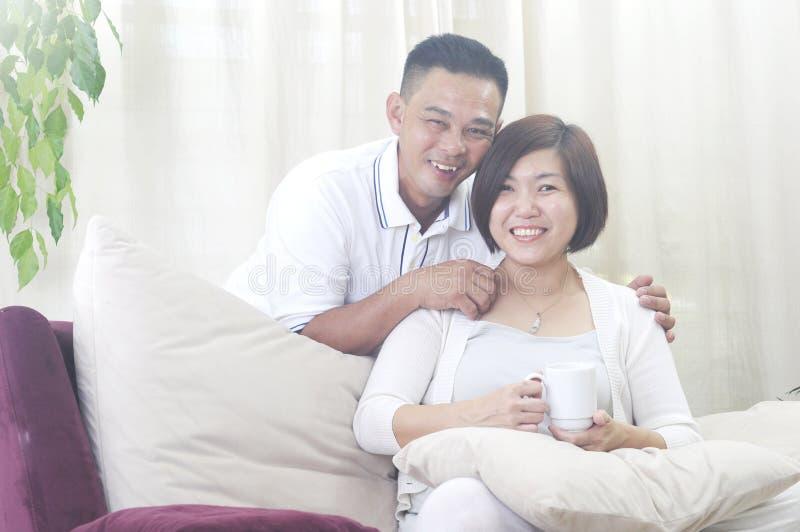 Asiatiskt mellersta le för ålderpar royaltyfri foto