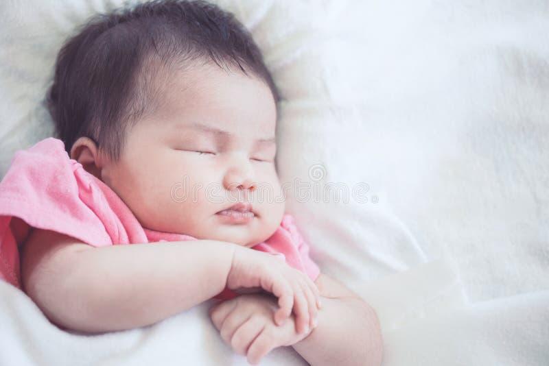 Asiatiskt nyfött behandla som ett barn att sova för flicka royaltyfria bilder