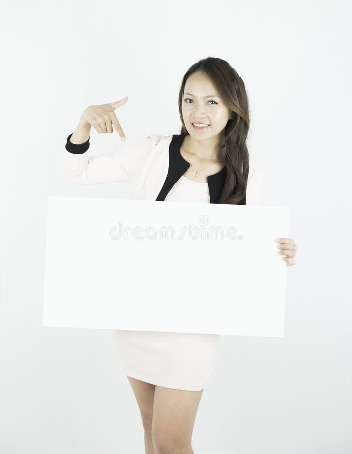 Asiatiskt plakat och visning för affischtavla för mellanrum för innehav för affärskvinna dess tomma kopia-utrymme på vit bakgrund royaltyfria bilder