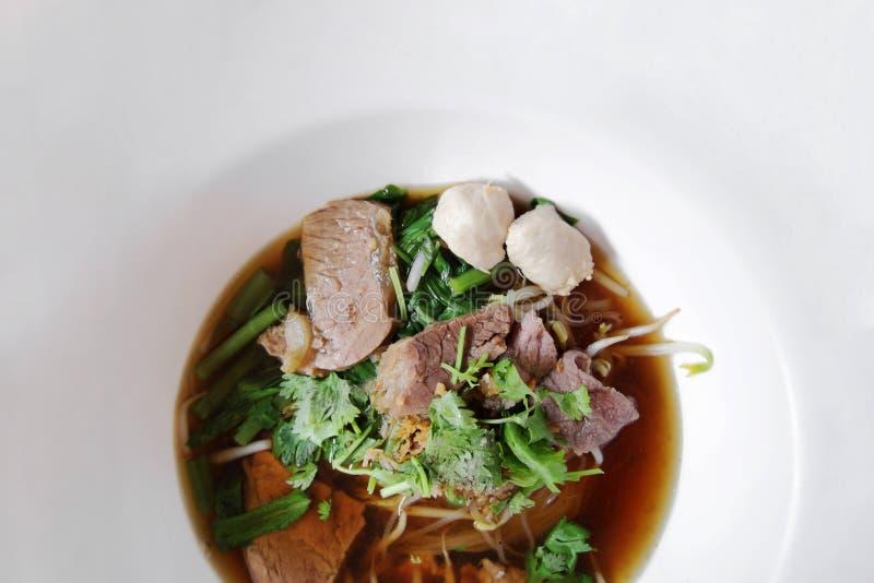 Asiatiskt recept för risnudel i den vita bunken som ses från överkant fotografering för bildbyråer