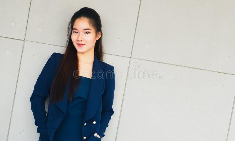 Asiatiskt s? lyckligt h?rligt leende f?r aff?rskvinna arkivbild