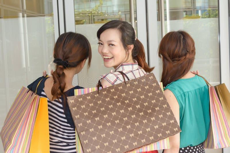 Asiatiskt shoppa för kvinnor fotografering för bildbyråer