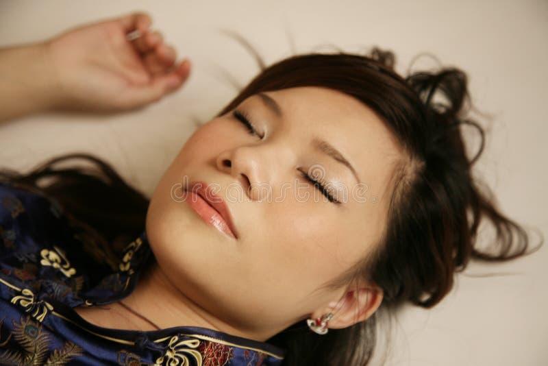asiatiskt sova för flicka arkivfoto