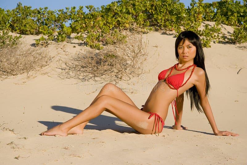 asiatiskt strandkvinnabarn royaltyfri bild