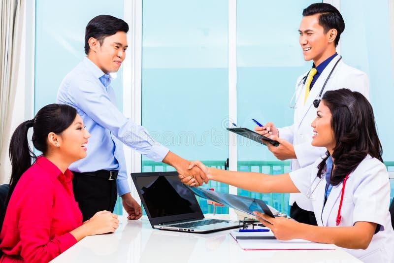 Asiatiskt tålmodigt konsultationdoktorskontor royaltyfri fotografi