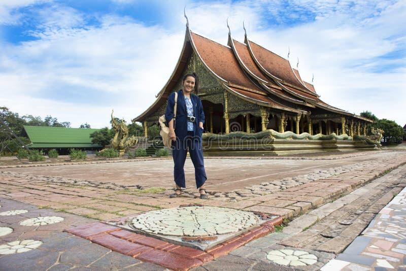 Asiatiskt thai kvinnafolk be buddha och lopp på den Wat phupraoen på det Sirindhorn området i Ubon Ratchathani, Thailand arkivbilder