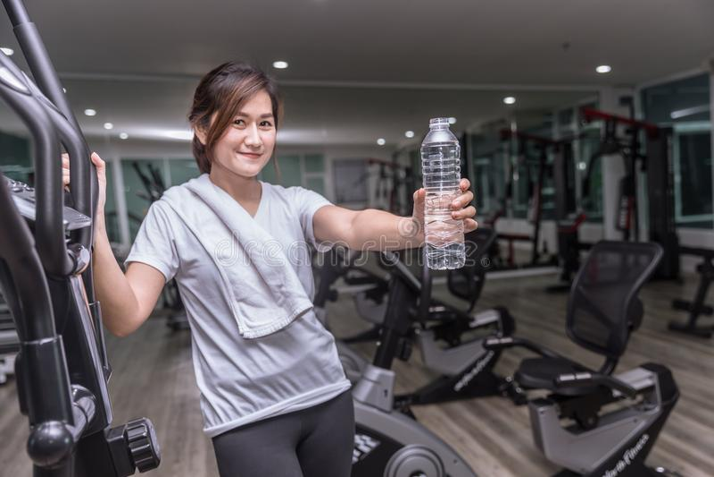 Asiatiskt tonårigt i dricksvatten för konditionhandhåll royaltyfria bilder