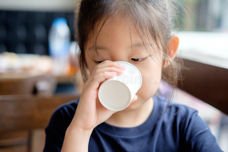 Asiatiskt ungedricksvatten från den pappers- koppen royaltyfri bild