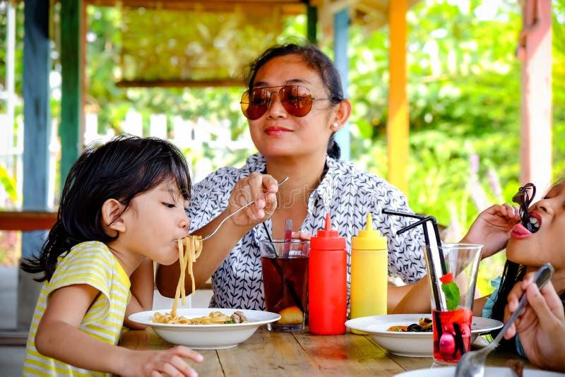 Asie du Sud-Est Ethnicity Family Lifestyle, mère déjeunant avec ses enfants dans un restaurant images libres de droits