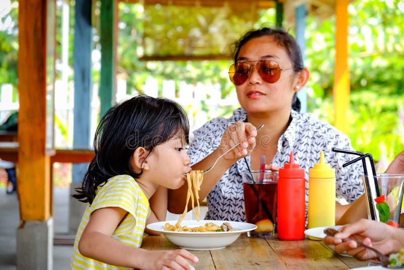 Asie du Sud-Est Ethnicity Family Lifestyle, mère déjeunant avec ses enfants dans un restaurant image stock