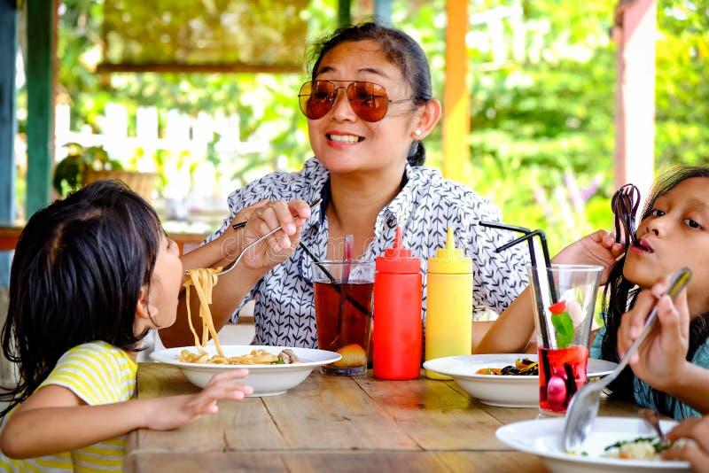 Asie du Sud-Est Ethnicity Family Lifestyle, Mother Have Lunch with Her Children dans un restaurant photos stock