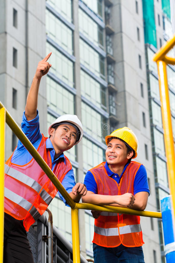 Asien建筑师和监督员建造场所的 免版税图库摄影